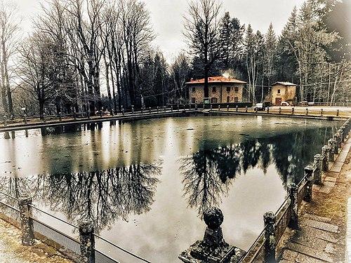 La foresta di Vallombrosa sa di esser bella e si specchia vanitosamente nella vasca.jpg