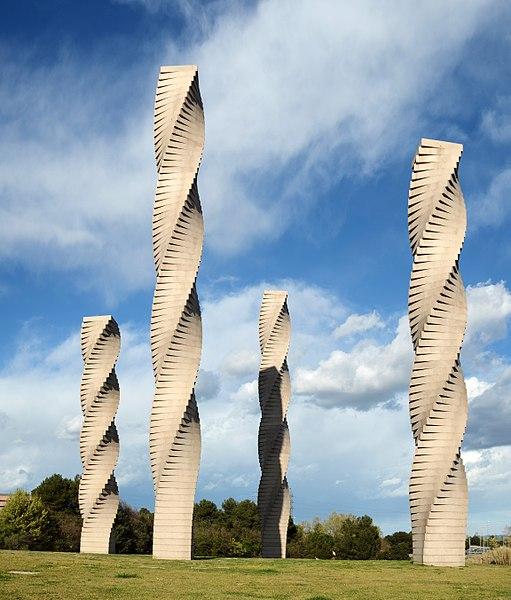 File:Las cuatro columnas en la UAB.jpg