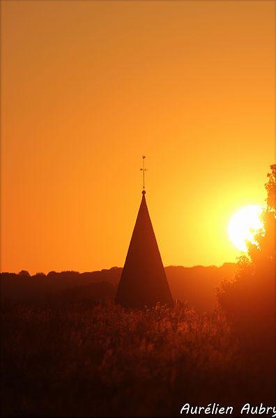 Le soleil de Mai pose ses premiers rayons sur le clocher de l'église St-Martin.
