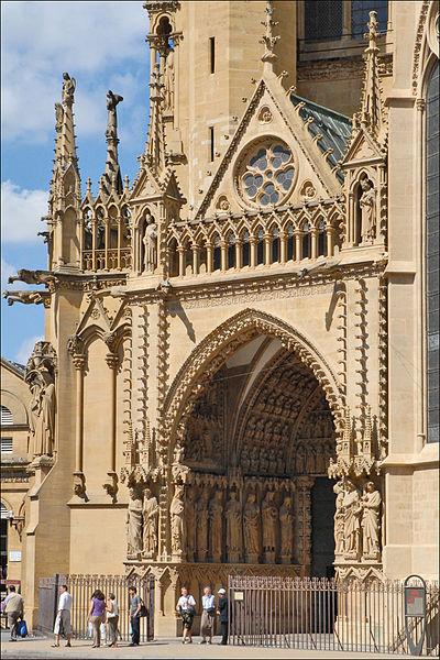 La cathédrale Saint-Étienne est l'église principale du diocèse de Metz en Moselle. Surnommée «lanterne du bon Dieu[1]», elle est la cathédrale de France ayant la plus grande surface vitrée — près de 6 500 m2 — et qui présente les plus grandes verrières gothiques d'Europe. Avec sa voûte suspendue à quarante-et-un mètres au-dessus du sol, la nef est la troisième plus haute de France. (extrait de Wikipedia)  fr.wikipedia.org/wiki/Cath%C3%A9drale_Saint-%C3%89tienne_...