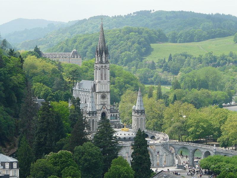 File:Lourdes basilique vue depuis château (1).JPG