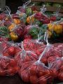 Markt Tomaten und Paprika in Plastiktüten.JPG