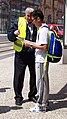 Masarykovo nádraží, informační pracovník při povodních (01b).jpg