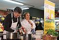 Mauricio Macri durante la clase de cocina saludable junto a Dolli Irigoyen (7686820914).jpg