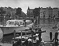 Meisjes padvindsters brengen vanuit hun boten een groet aan Lady Baden-Powell di, Bestanddeelnr 906-6738.jpg