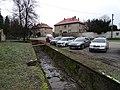 Mořina, kanál u silnice 11620 u kostela, čp. 140 a 166.jpg
