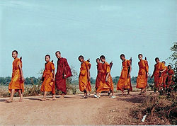 Budizam 250px-Monk_on_pilgrimage