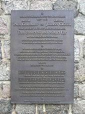 """Paul-Gerhardt- und Johann-Crüger-Gedenkplatte an der Berliner Nikolaikirche mit einer Liedzeile: """"Ermuntert euch und singt mit Schall…"""" (Quelle: Wikimedia)"""