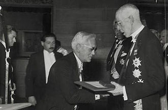 Alexander Fleming - Fleming (centre) receiving the Nobel prize from King Gustaf V of Sweden (right) in 1945