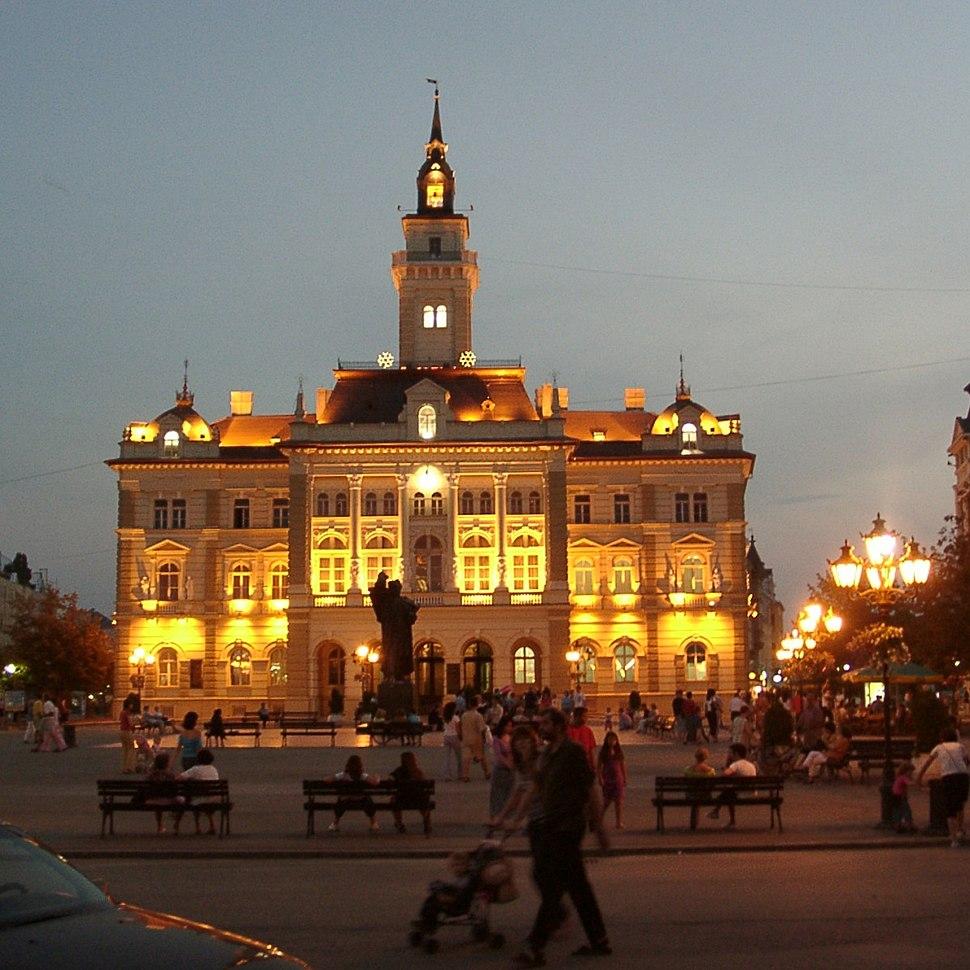 Novi Sad Rathaus bei Nacht