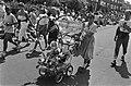 Oma met kleindochter in een versierde kinderwagen met een bord Mijn oma tippelt, Bestanddeelnr 932-6552.jpg