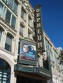 Façade d'un bâtiment de trois étages avec une pancarte sur laquelle est marquée le nom du cinéma, Orpheum, et le visage de Johnny Depp tel qu'il apparaît dans le film.
