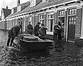 Overstroming in Meppel, bakker brengt met ponton brood rond, Bestanddeelnr 911-8451.jpg
