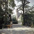 Overzicht van het toegangshek met gietijzeren pijlers en zicht op de kasteelboerderij met toren - Dordrecht - 20379375 - RCE.jpg