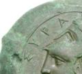Particolare di moneta siracusana con scritta ΣΥΡΑ.PNG