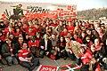 Patxi López en La Concha junto a miembros de las Juventudes Socialistas durante la campaña para las autonómicas vascas de 2009.jpg