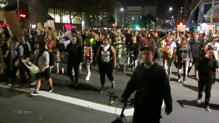 Fichier:Peaceful protest in Oakland -- entire crowd marches by.webm