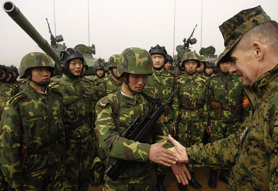 Peter Pace shakes hands with a Chinese soldier (Shenyang Base, China, March 24 2007)