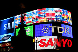 Picadilly Circus London by night 2006.jpg
