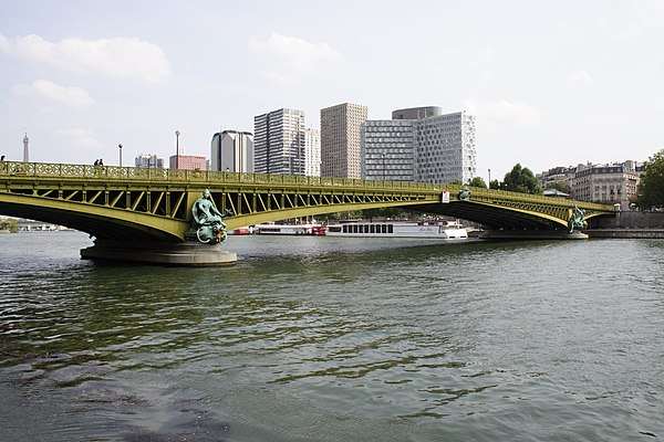 https://upload.wikimedia.org/wikipedia/commons/thumb/3/37/Pont_Mirabeau_Paris_FRA_002.JPG/600px-Pont_Mirabeau_Paris_FRA_002.JPG