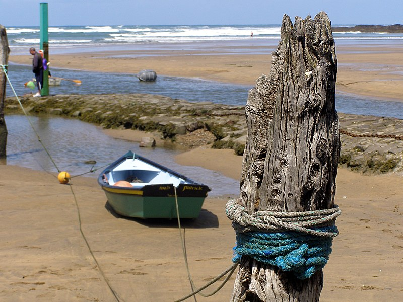 File:Post and Boat in Bude Harbour - panoramio.jpg