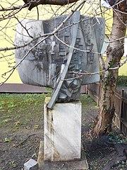 Kovová plastika před učilištěm v Ohradní ulici v Michli