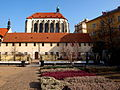 Praha kostel Panny Marie Sněžné klenba ze zahrady.JPG