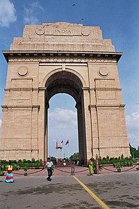 Construida a la memoria de más de 90,000 soldados hindúes quienes perdieron sus vidas durante las Guerras Afganas y la Primera Guerra Mundial, la Puerta de la India es uno de los monumentos más famosos en Delhi.