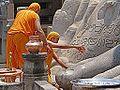 Puja au pied de Gomateshwara (Sravanabelgola, Inde) (14181851517).jpg