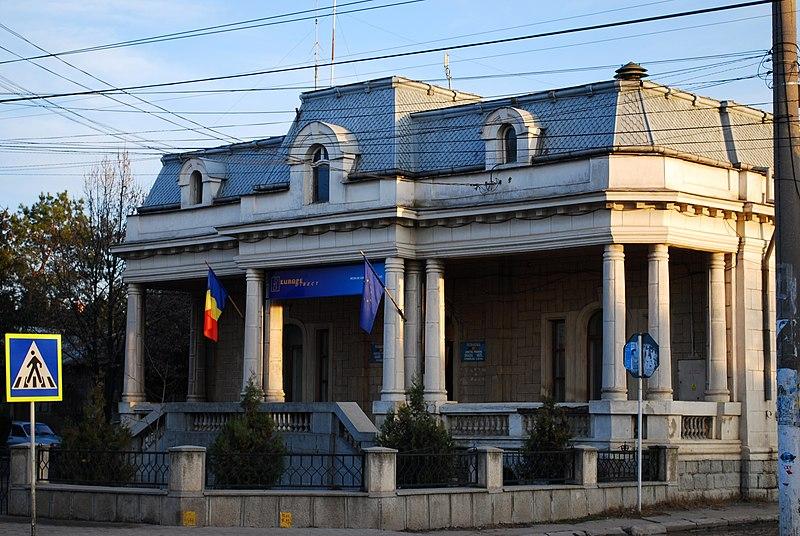 http://upload.wikimedia.org/wikipedia/commons/thumb/3/37/RO_PH_Mizil_town_hall.jpg/800px-RO_PH_Mizil_town_hall.jpg