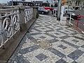 Rašínovo nábřeží, poškozená dlažba chodníku (01).jpg