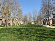 Piazza Mazzini, l'antico alveo del Taro morto sulle cui sponde sorgevano da un lato la Rocca e dall'altro il borgo fortificato.