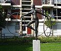 Rotterdam kunstwerk meisje met hoepels.jpg