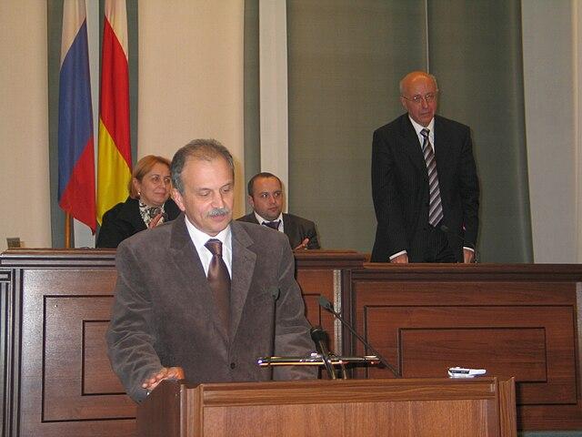 Сергей Кургинян (на заднем плане) на форуме «Кавказ сегодня и завтра: открытый диалог молодежи».