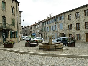 Saint-Didier-en-Velay Grand'Place2.JPG