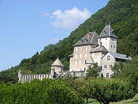 Le château de Beauregard, qui domine la ville.