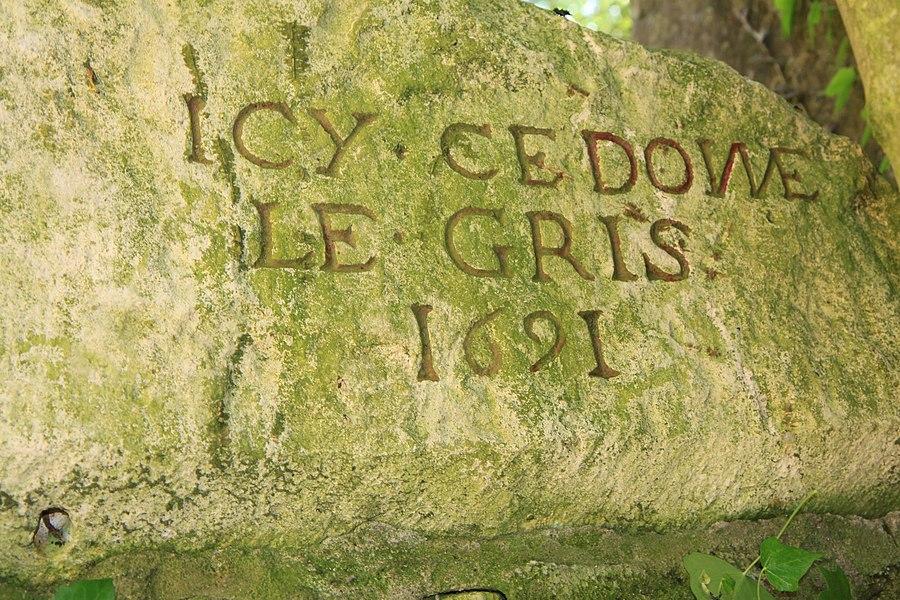Une pierre gravée située sur le mur séparant l'église du presbytère.