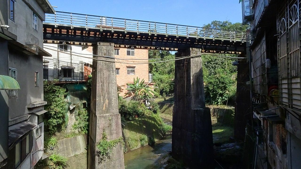 https://upload.wikimedia.org/wikipedia/commons/thumb/3/37/Sankeng_Creek_Steel_Bridge_20190119.jpg/1280px-Sankeng_Creek_Steel_Bridge_20190119.jpg