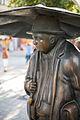 Sculpture Zwei Leute im Regen Ulrike Enders Georgstrasse Hanover Germany 02.jpg