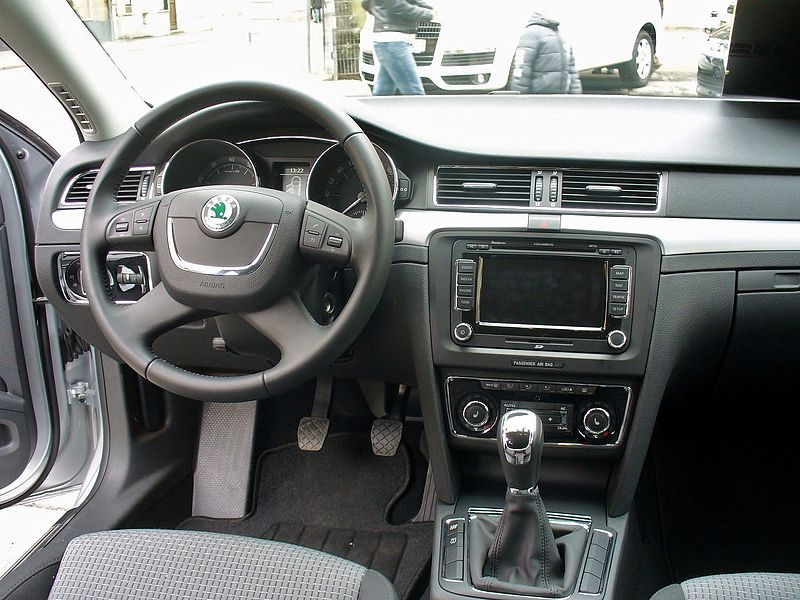 Dosya:Skoda Superb II Ambition TSI Brilliantsilber Interieur.JPG