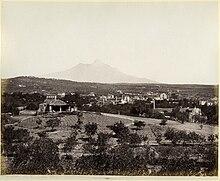 L'Etna vista da Catania negli anni Dieci del XX sec., si nota l'aspetto del tutto diverso del vulcano modificato ampiamente dalla successiva nascita dei nuovi crateri