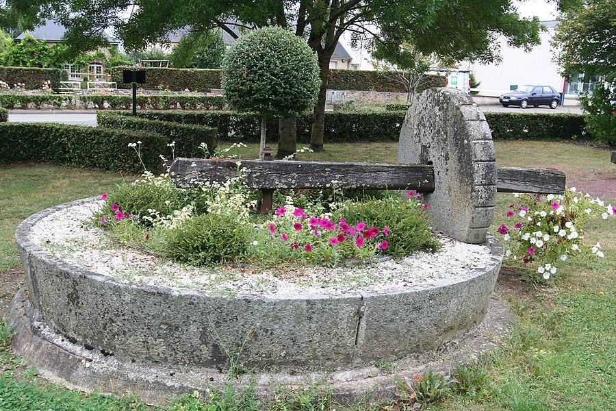 Ancien pressoir dans un jardin public de Soulgé-sur-Ouette.