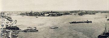 I året 1900 fangede Hasse W. Tullberg Stockholm med den Gamle by og Saltsøen.   Billedet består af fire glasplader som er taget fra Katarinaelevatoren.