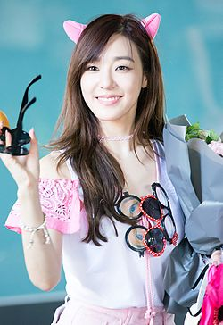 蒂芬妮 Hwang at COEX Artium in June 2016 04.jpg