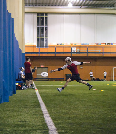 Player trying to score. Ultimate frisbee.jpg