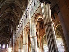 Interiör från Uppsala domkyrka med det högre mittskeppet till vänster och det lägre sidoskeppet till höger.