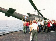 A la Fuerza Aérea de Vietnam del Sur (VNAF) UH-1H es empujado por la borda para hacer espacio para Major Buang aterrizar su Cessna O-1.