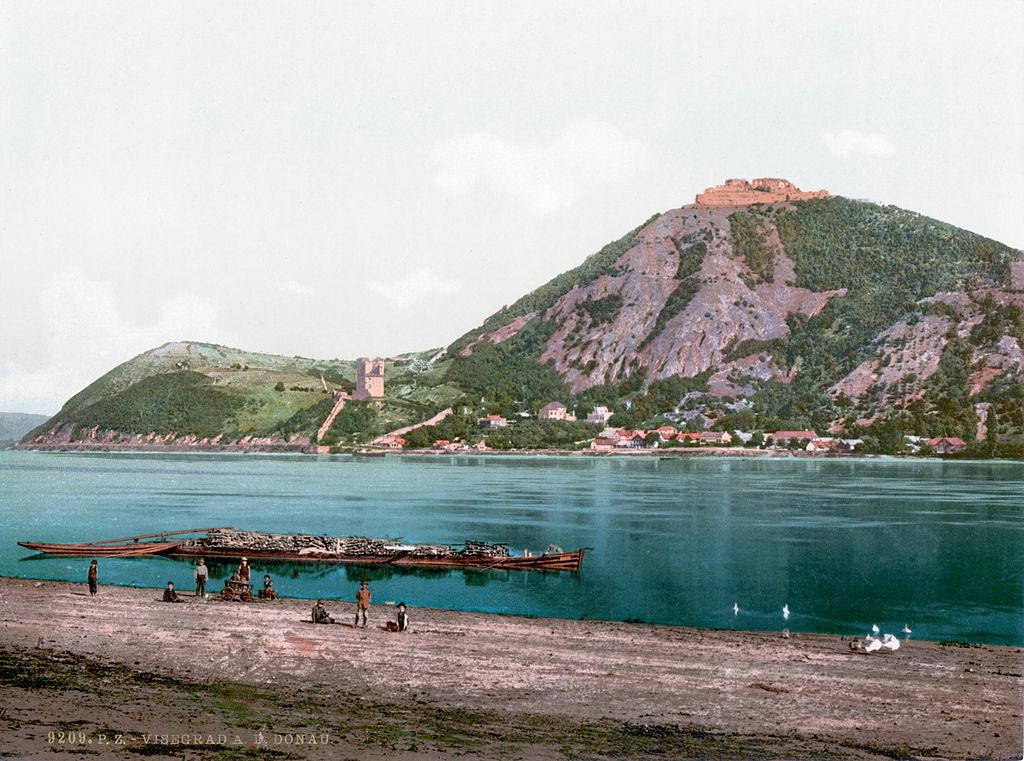 Chateau de Visegrad dominant le Danube en 1900.