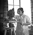 Vrouw aan het beeldhouwen in het Joodse werkdorp in de Wieringermeer, Bestanddeelnr 254-4918.jpg
