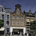 Woonhuis, klokgevel met frontonbekroning en festoendecoraties, met een onderpui van natuurstenen blokken - Haarlem - 20407096 - RCE.jpg